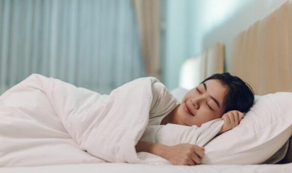 mulher asiatica dormindo em uma cama em um quarto escuro 35721 69 - Casa Crescer