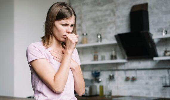 mulher doente tosse em casa 23 2147953185 - Casa Crescer